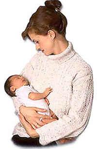 Мать кормит ребенка