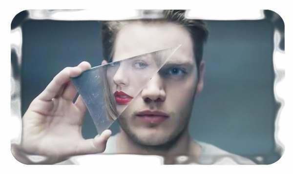 В зеркале мужчины женщина с красной помадой