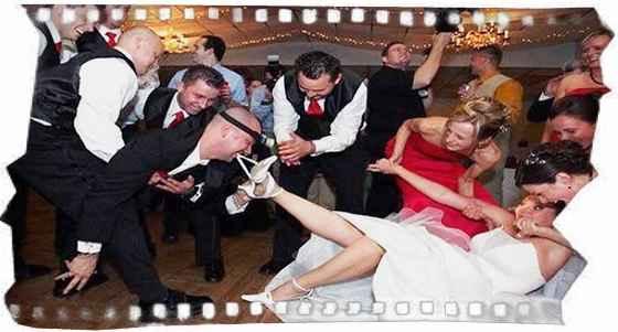 Жених снимает белье невесты