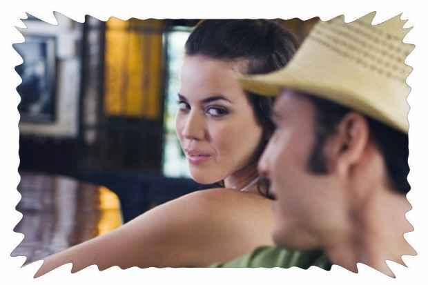 Мужчина намекает женщине взглядом