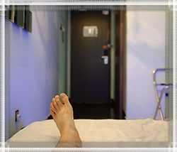 Можно ли спать ногами к выходу