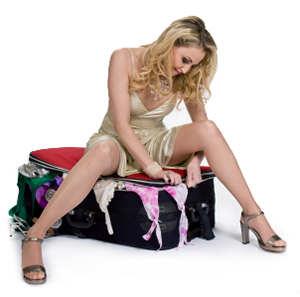 Девушка собирает чемодан