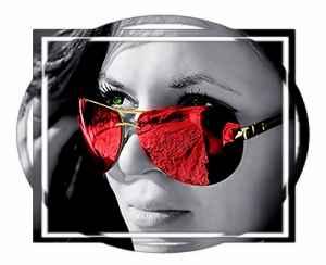 Женщина в розовых очках