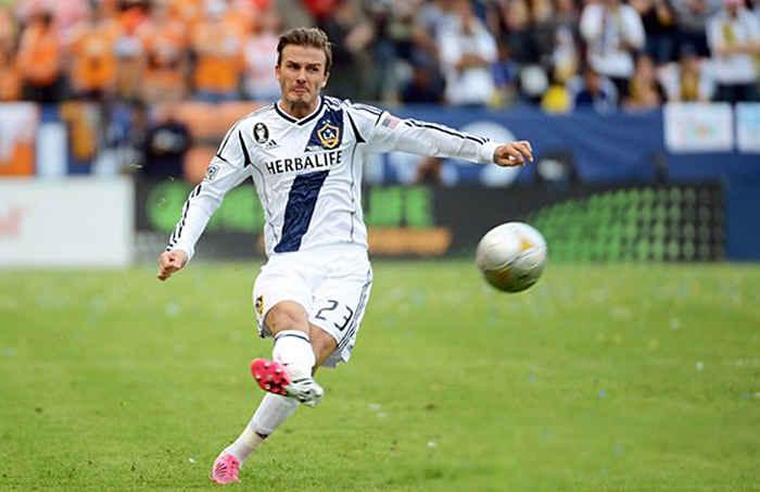 Сильный удар по мячу в футболе