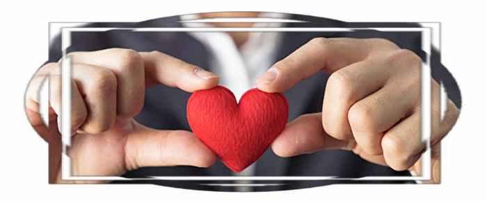 В руках мужчины сердце